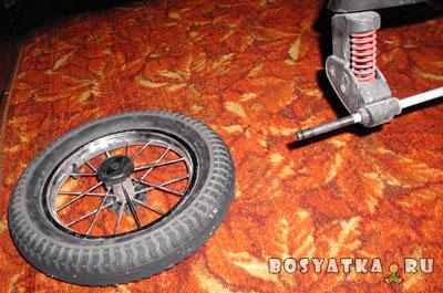 Как снять колёса детской коляски. Фото 2